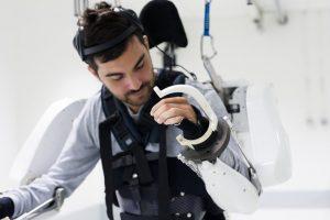 Парализованный мужчина ходит в экзоскелете – видео