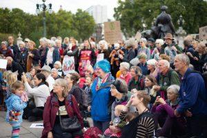 Бабушки и дедушки экоактивистов вышли на улицы Лондона