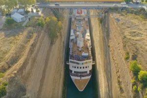 В Греции круизный лайнер виртуозно прошел узкий канал