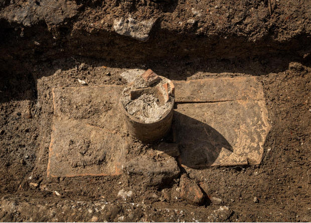 Во Франции нашли римский некрополь, где поили покойников