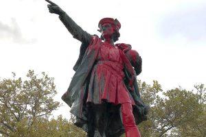 В США два памятника Колумбу облили красной краской