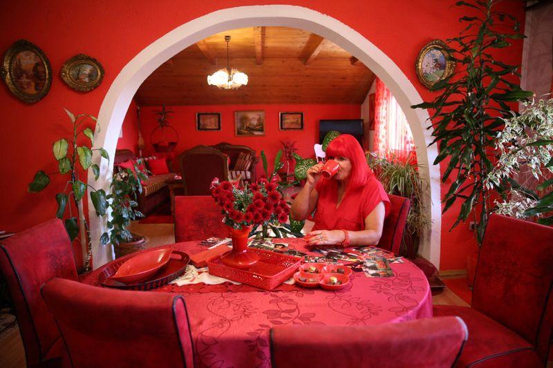 Боснийка прожила полвека в окружении красных вещей