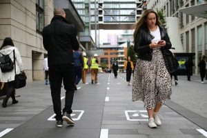 В Манчестере тестируют дорожку для людей, смотрящих на ходу в смартфон