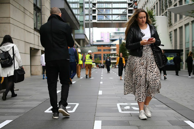 В Манчестере тестируют дорожку для людей, смотрящих на ходу в смартфон.Вокруг Света. Украина