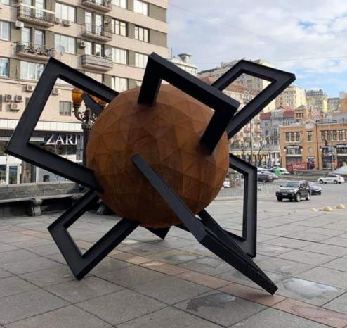 В Киеве установили скульптуру «Противостояние».Вокруг Света. Украина