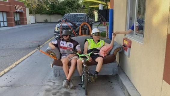 Американец приехал в «Макдоналдс» на мотодиване.Вокруг Света. Украина