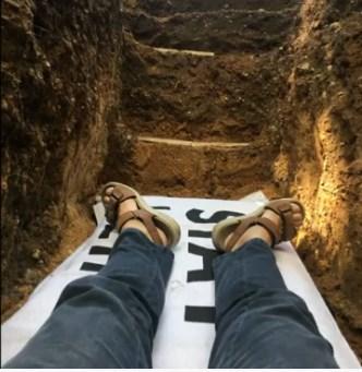В Нидерландах студентов кладут в могилы, чтобы принять смерть