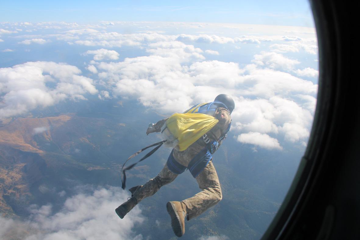 Украинские спасатели впервые прыгнули с парашютом на Говерлу