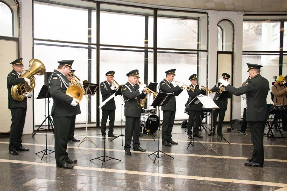 В киевском метро военный оркестр даст концерт.Вокруг Света. Украина