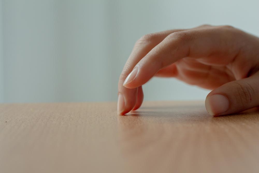 Привычка барабанить пальцами по столу стимулирует мозг