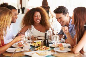 На наше поведение за столом влияют древние стратегии выживания