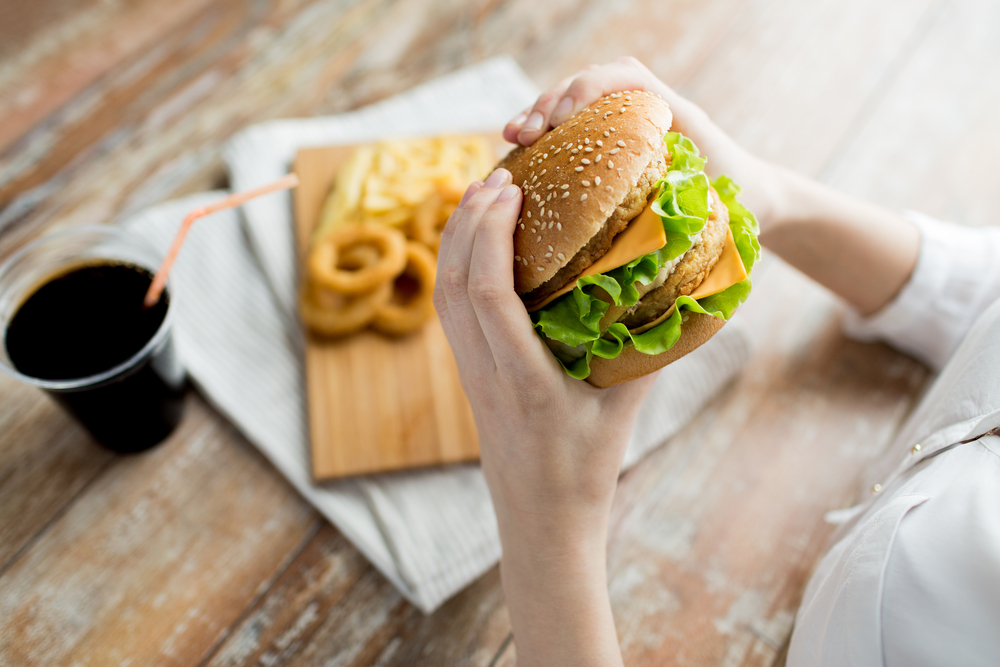 Почему после бессонной ночи хочется жирной пищи