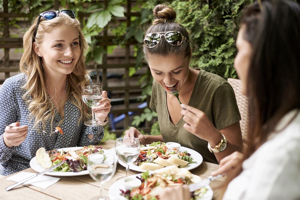 Люди съедают больше в компании близких