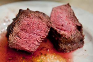 Красное мясо и колбаски вернутся на стол? – новое исследование опровергло их вред