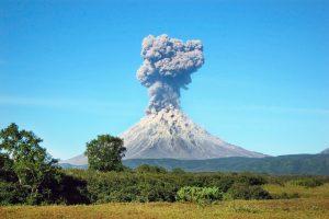 Люди выбрасывают в атмосферу больше СО2, чем все вулканы мира
