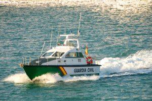 В Испании контрабандисты спасли в море полицейских