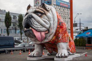 В Киеве поставили скульптуру гигантского бульдога