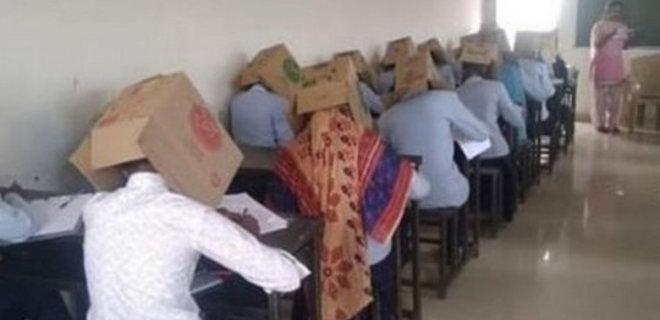 В Индии студентам надели на голову коробки, чтобы не списывали