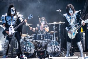 Группа Kiss выступила с концертом для белых акул