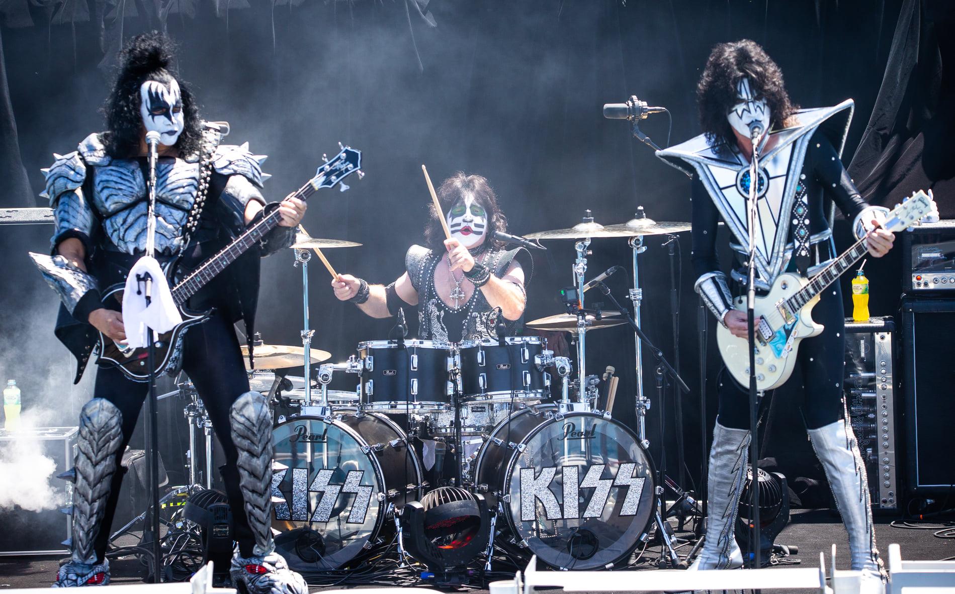 Группа Kiss выступила с концертом для белых акул.Вокруг Света. Украина