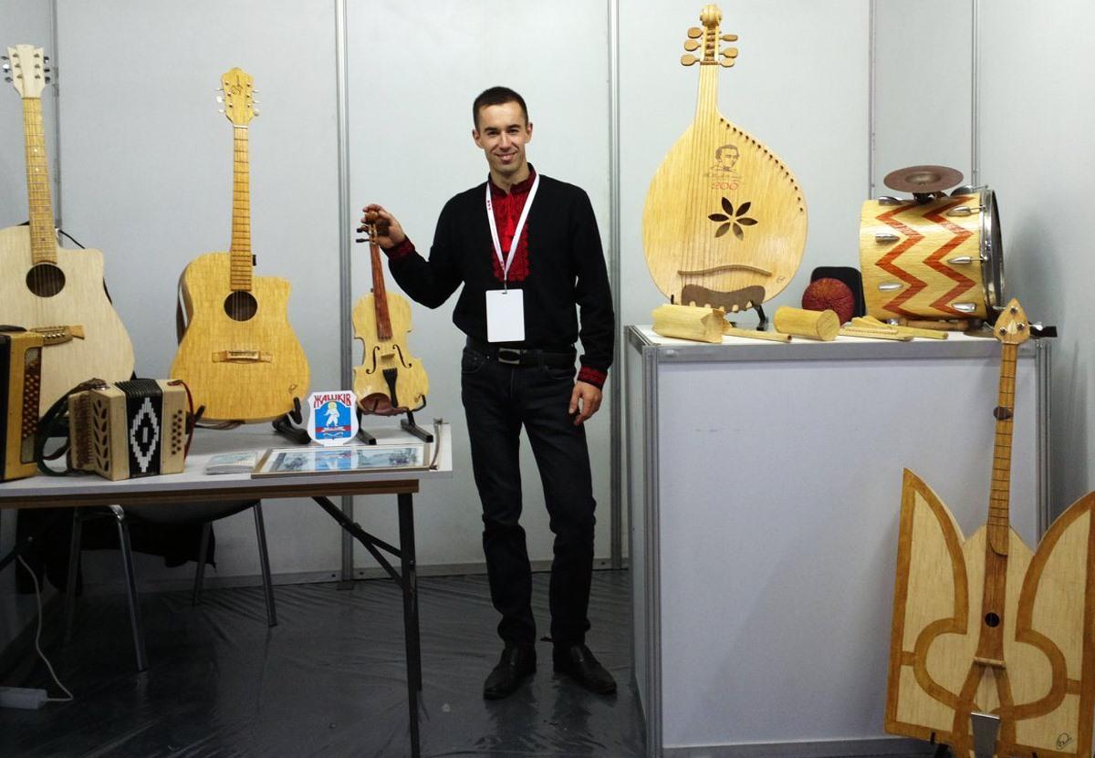 Украинец создал музыкальные инструменты из спичек