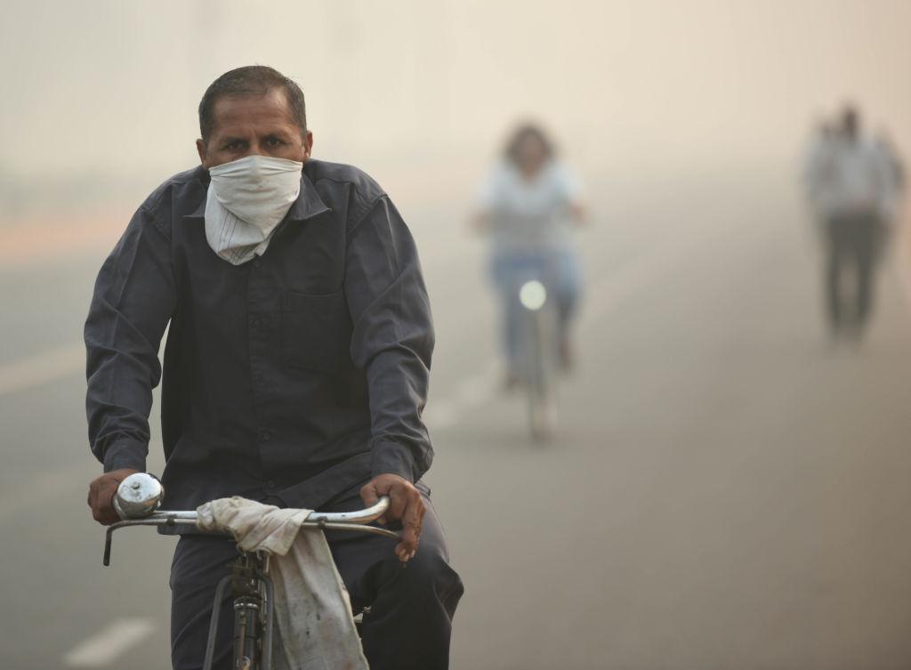 В Дели из-за смога закрылись школы. Там тоже жгут сухую траву!
