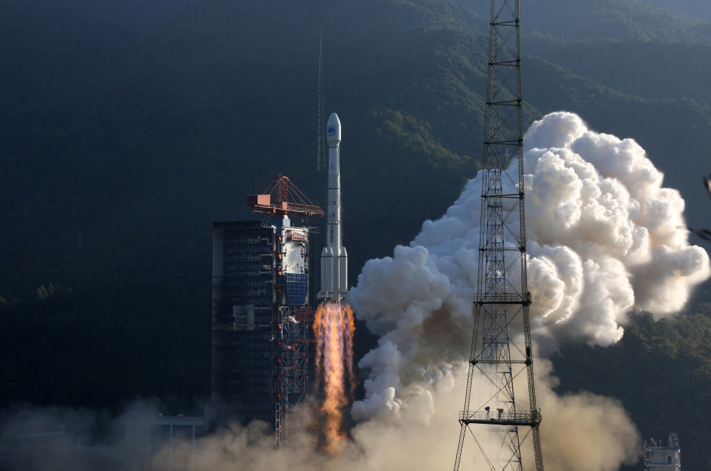 Части китайской ракеты приземлились на деревню после тестового запуска.Вокруг Света. Украина