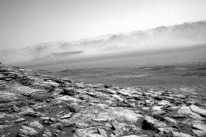 Марсоход Curiosity прислал новое фото пустынного марсианского пейзажа