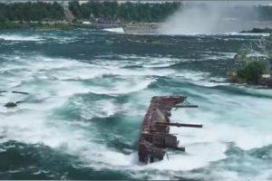 Затонувшая 100 лет назад баржа сползает в Ниагарский водопад