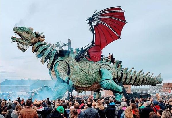 Во Франции туристов катает 25-метровый дракон