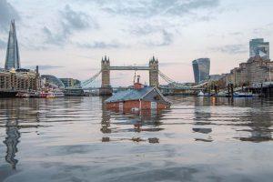 Зачем экоактивисты затопили в Лондоне макет пригородного дома?