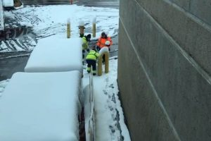 Как это мило: авиадиспетчеров поймали за лепкой снеговика (видео)