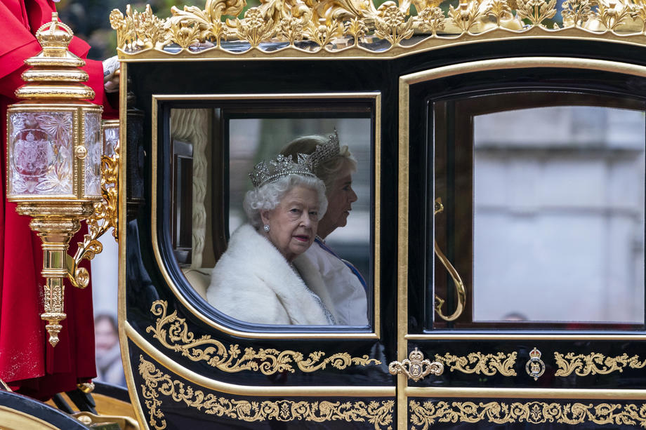 Елизавета IIсменила натуральный мех на искусственный?