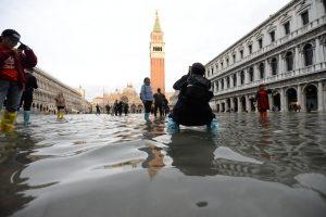 В затопленной Венеции чуть не утонул турист во время селфи
