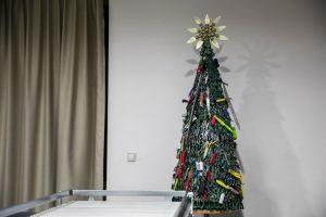 В аэропорту Вильнюса поставили елку из запрещенных предметов