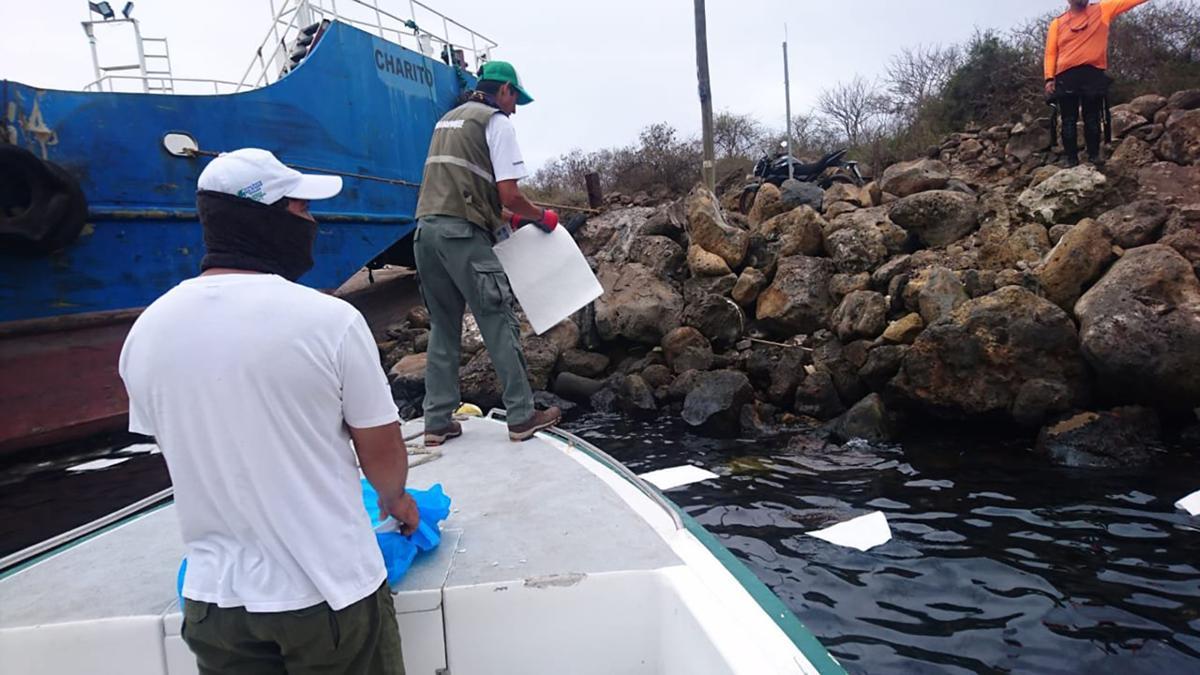 У Галапагосских островов разлилось 2500 литров нефти