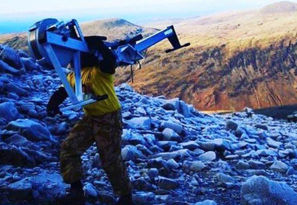 Британец с гребным тренажером на спине одолел высочайшую гору Англии