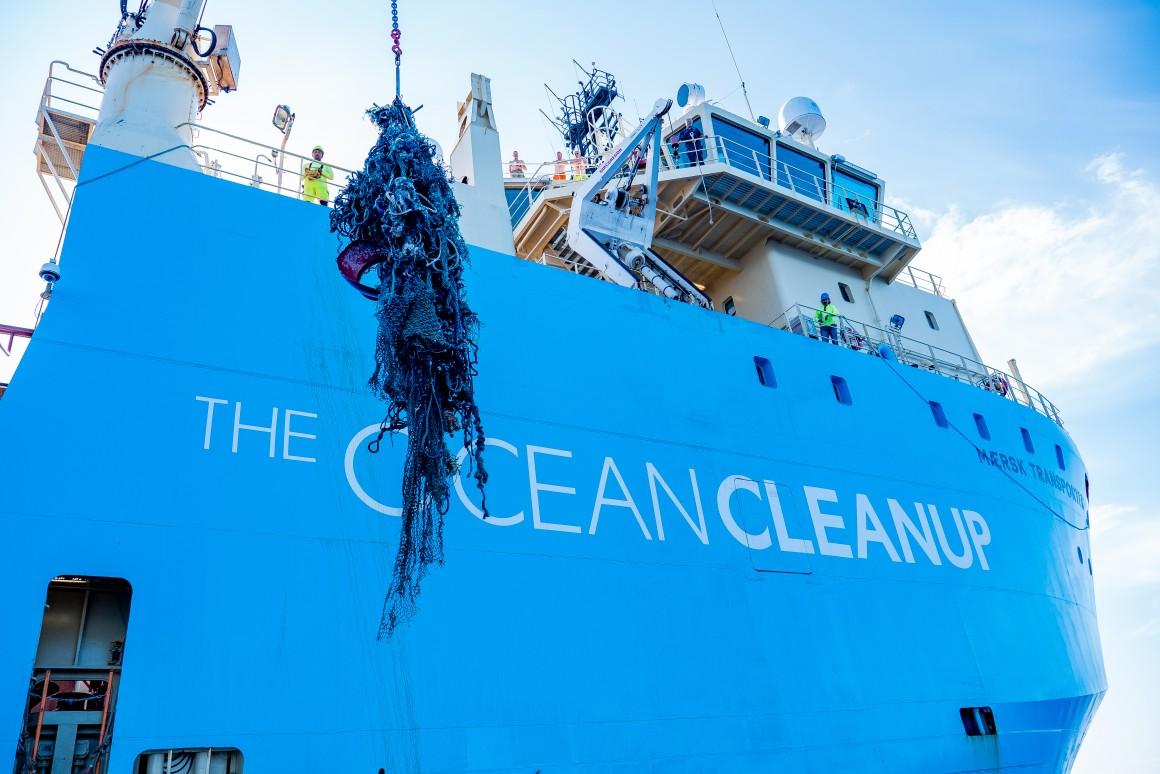 Ocean Cleanup отправил на берег первую партию мусора, собранного в Тихом океане
