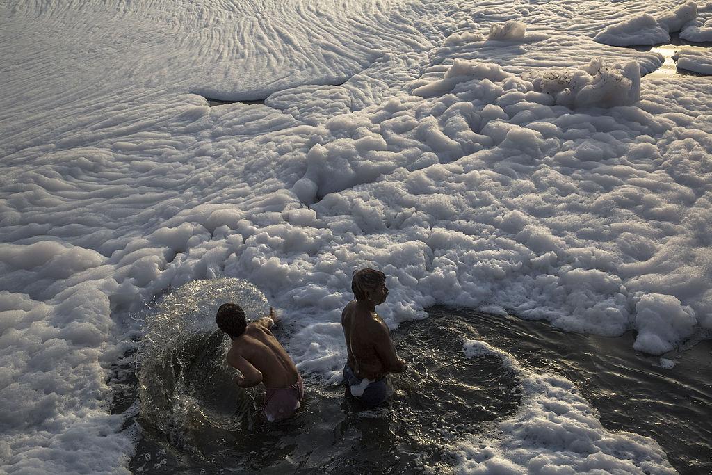 Один из известнейших пляжей Индии покрылся токсичной пеной