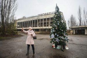 В Припяти впервые после аварии установили новогоднюю елку: видео