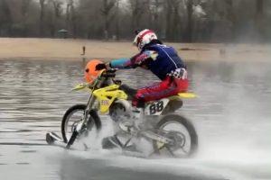 В Киеве мотоциклист проехал 5 км по Днепру