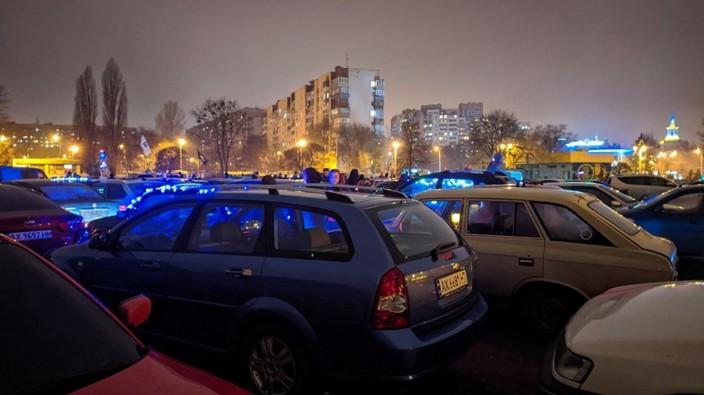 В Харькове из автомобилей сложили рекордную елку - видео