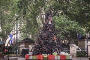 В центре Сиднея установили обгоревшую рождественскую елку
