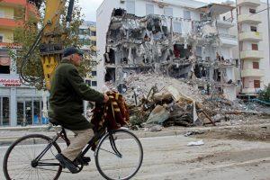 В Албании сносят здания, пострадавшие от землетрясения