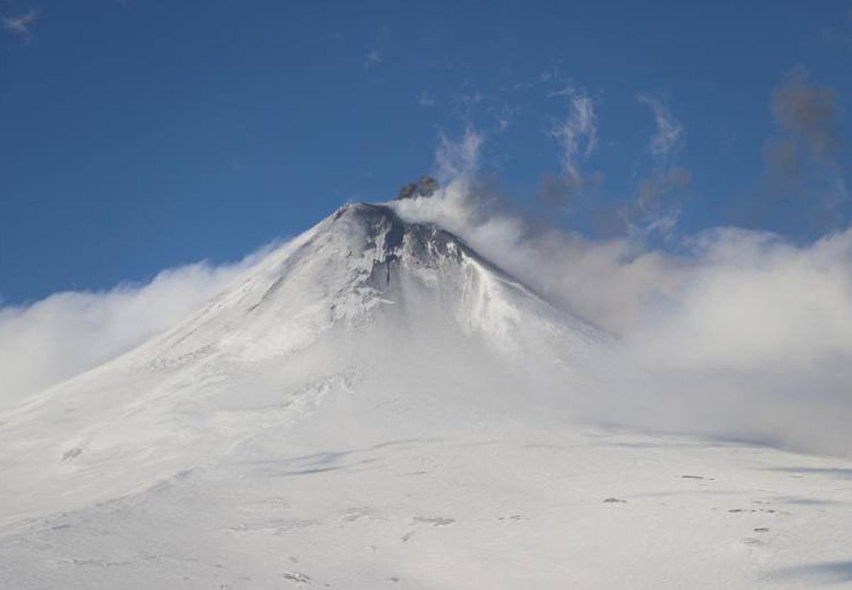 На Аляске вулкан изверг 8-километровый столб пепла