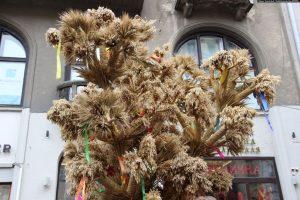 Во Львове поставили 4-метровый рождественский дидух