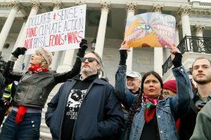 Хоакина Феникса задержали на климатической акции в США