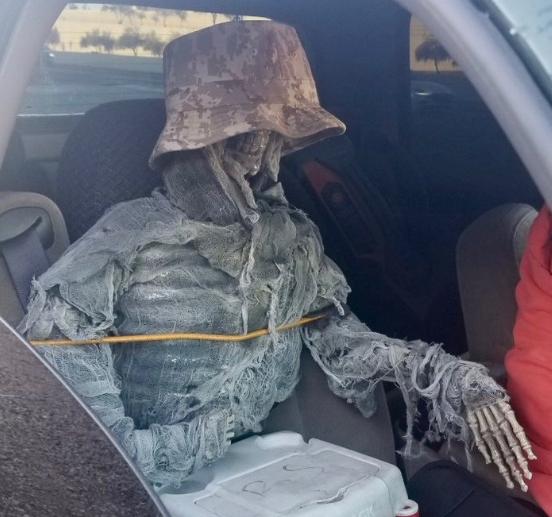 В США водитель возил в автомобиле скелет.Вокруг Света. Украина
