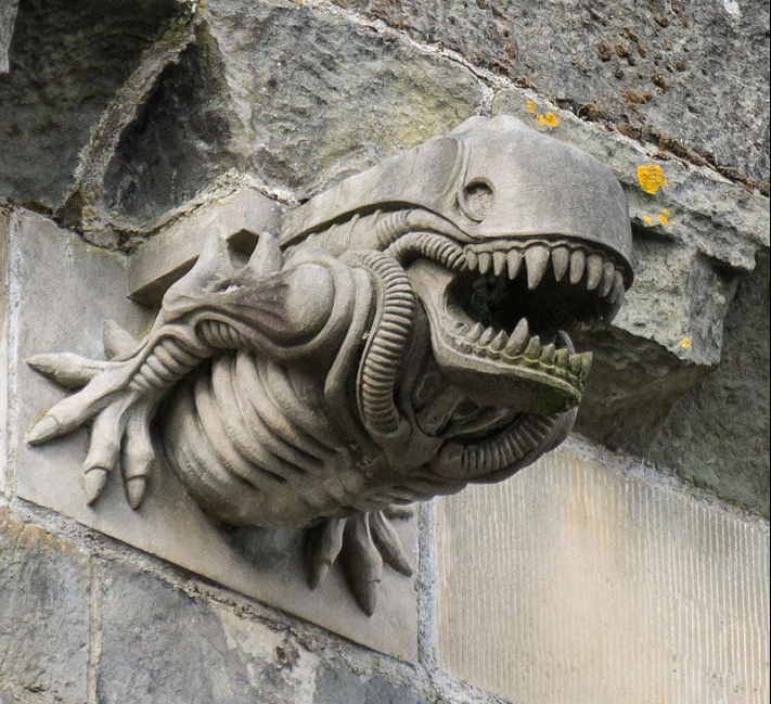 На стене шотландского аббатства XII изображен пришелец из фильма