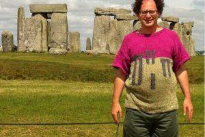 Американец вяжет абсурдные свитера для путешествий